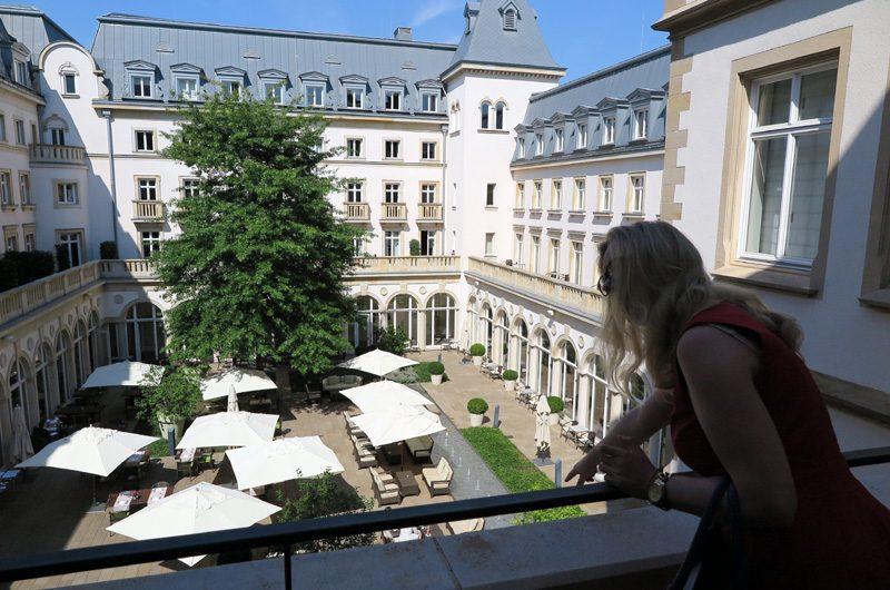 Blick vom Balkon auf den Villa Garten.