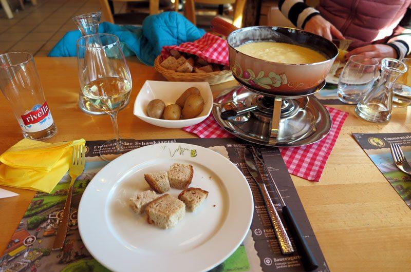 Wir genießen ein traditionelles Schweizer Käsefondue.