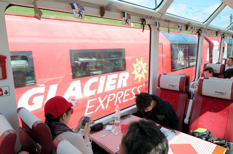 Glacier Express meets Glacier Express: Im Winter verkehren zwei Zugpaare.