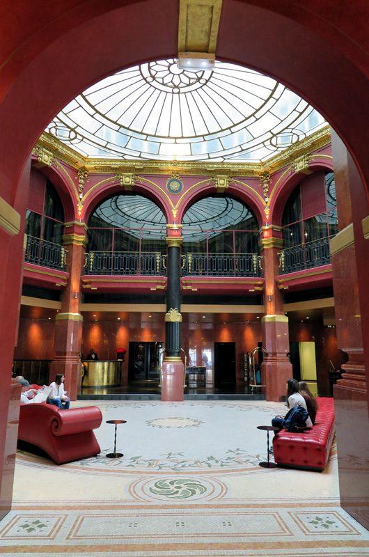Die Lobby ist ein Traum im Neo-Barock-Stil.