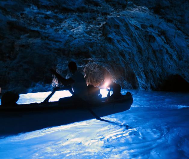 Für die Fahrt in die berühmte Grotta Azzurra müssen wir in ein kleines Ruderboot umsteigen.