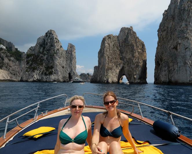 Wahrzeichen Capris: Die Faraglioni Felsen hinter uns.