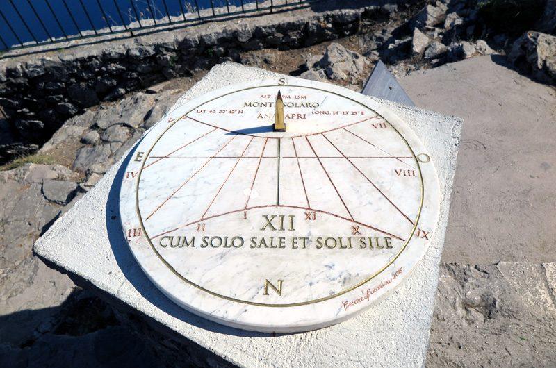 Mach es wie die Sonnenuhr, zähl die schönen Stunden nur: Auf Capri gar nicht so schwer.