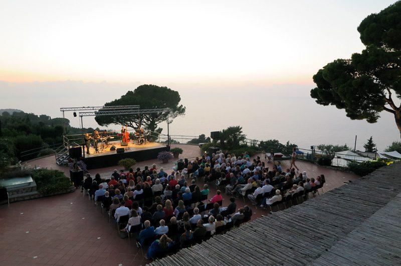 Nach dem Sonnenuntergang geht es zum hoteleigenen Open Air-Konzert.