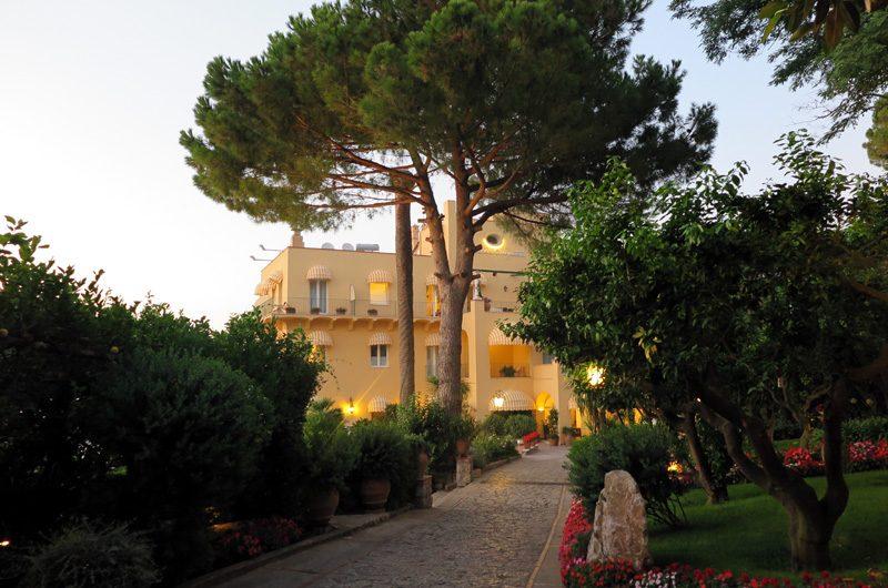 Das Hotel Caesar Augustus ist in eine wunderschöne Naturlandschaft eingebettet.