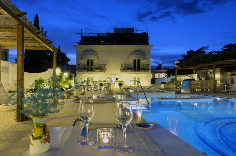 Der blau leuchtende Pool wird abends zur Dinner-Kulisse. (Foto: Meliá Capri)