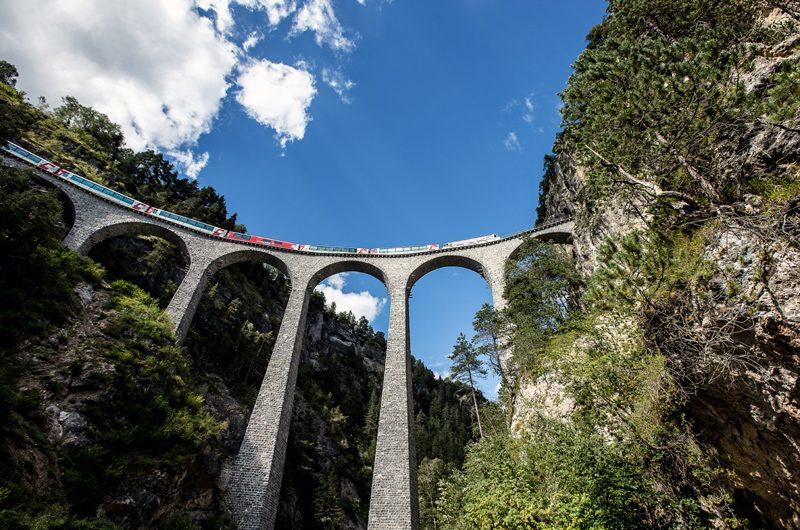Beeindruckend: Der Glacier Express auf dem Landwasserviadukt. (Foto: Rhätische Bahn)